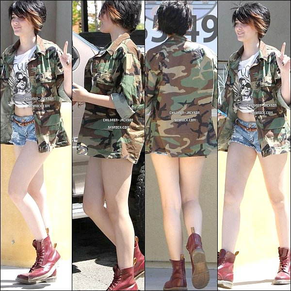 . 28/04/2013 | Paris et Debbie ont djeun au &quot;Fire Island Grill&quot;  Palmdale. + nouvelle photo de Paris  la cam + EXCLU, photo rare de Prince &amp; Paris en compagnie de leurs mre, Debbie. .